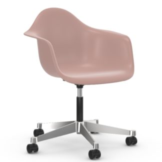 Vitra Eames Plastic Armchair PACC PACC, Kleur zacht roze, Onderstel gepolijst by designer:Charles & Ray Eames