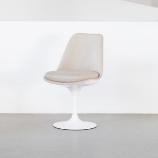 Knoll Tulip Chair Tulip Chair stoel - draaibaar, zitschaal & basis wit, volledig bekleed. by designer:Eero Saarinen