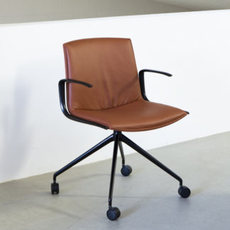 Catifa Up SoftCatifa Up Soft bureaustoel, bekleding Elmosoft ES53032 cognac, onderstel en armrests in poedercoating V39 mat zwart